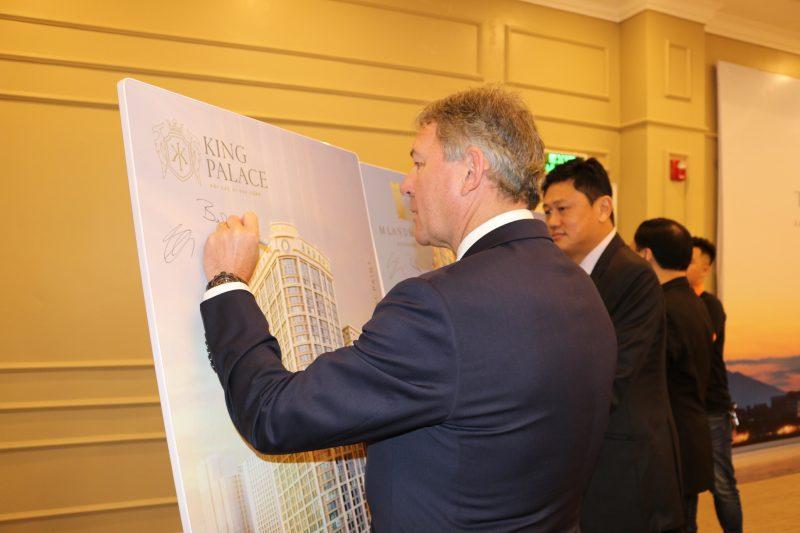 Bryan Robson ký lưu niệm lên hình ảnh dự án King Palace trong lễ ký kết tại trụ sở Virex - 33A Bà Triệu, Hà Nội