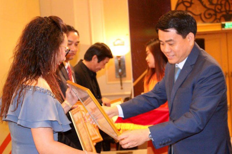 Chủ tịch TP Hà Nội Nguyễn Đức Chung trao bằng khen cho các tập thể, cá nhân có đóng góp tiêu biểu cho sự phát triển của Thủ đô và đất nước