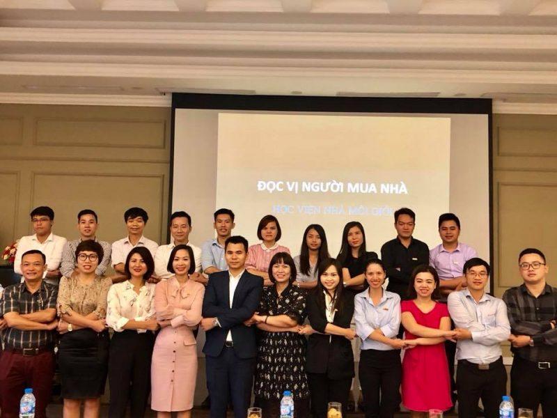 Diễn giả Đặng Đình Toàn chụp ảnh các quản lý, nhân viên kinh doanh VIREX tại buổi đào tạo