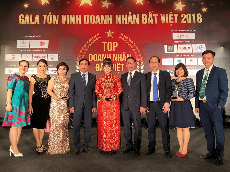 Phó Chủ tịch kiêm Tổng Thư ký Hiệp hội các DNVVN Hà Nội Mạc Quốc Anh cùng các doanh nhân chúc mừng Sứ Giả Kết Nối Lan Anh- TGĐ Cty CP Virex, Tổng thư ký CLB BĐS Hà Nội.