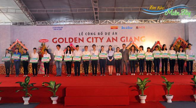 và hỗ trợ 350 triệu đồng để xây dựng cầu Mương Ông Trong (khóm Tây Khánh 7, phường Mỹ Hòa, TP. Long Xuyên).