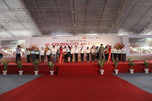 Bà Nguyễn Ngọc Mỹ trao 20 suất học bổng Tôi yêu An Giang cho các sinh viên có thành tích xuất sắc, sinh viên nghèo vượt khó tại đại học An Giang.