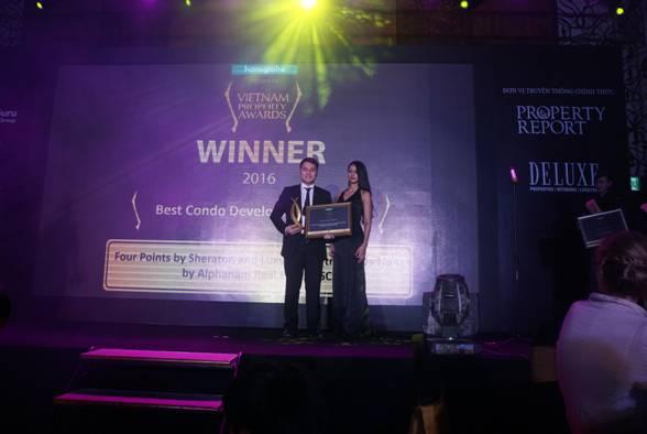 Ông Nguyễn Minh Nhật – Phó TGĐ, Phó Chủ tịch HĐQT Alphanam Group lên nhận giải thưởng