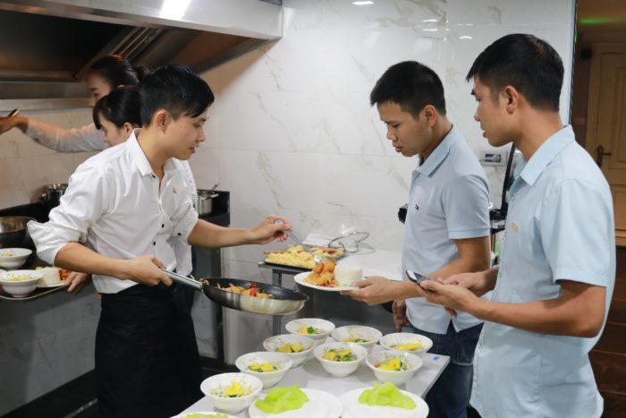 Đội ngũ nhân viên tại Club VIREX luôn chú trọng tới chất lượng dinh dưỡng cũng như bài trí món ăn