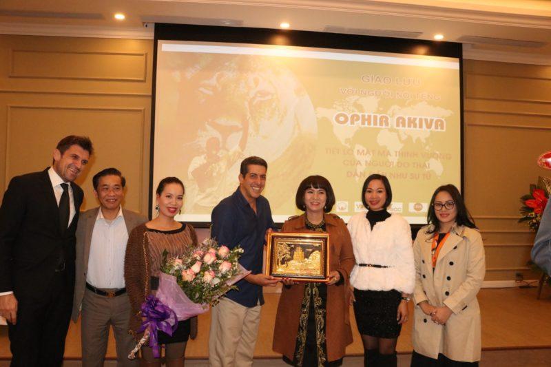 Bà Lê Thị Lan Anh, TGĐ Công ty CP VIREX,, thay mặt đơn vị tổ chức và tài trợ tặng quà tri ân cho Diễn giả OPhir Akiva
