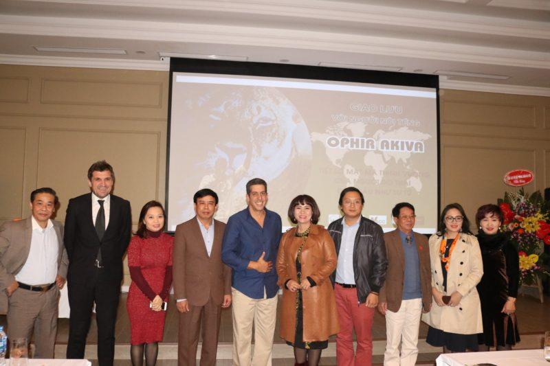 Bà Lê Thị Lan Anh, TGĐ Công ty CP VIREX, thay mặt đơn vị tổ chức và tài trợ tặng quà tri ân cho Diễn giả OPhir Akiva